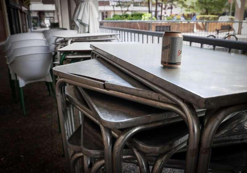 En la imagen, la terraza recogida de un bar, en una imagen de estos días. EFE/Javier Etxezarreta