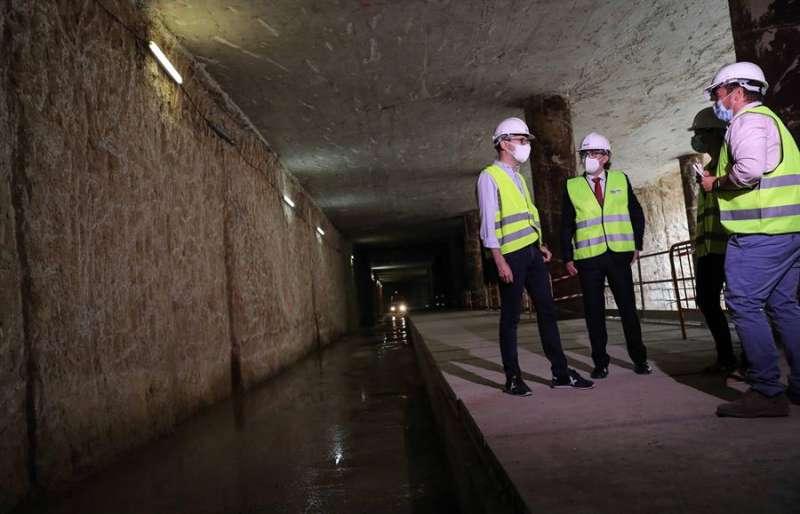 El conseller de Obras Públicas y Movilidad, Arcadi España (i), durante su visita a las obras de la Línea 10 de Metrovalencia (Alacant-Natzaret). EFE/Ana Escobar