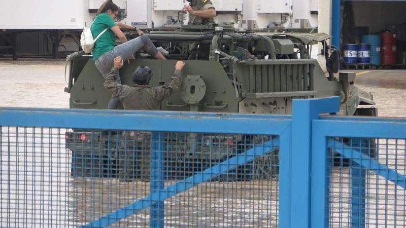 Imagen de la evacuación de una vecina facilitada por el Mando de Operaciones Especiales (MOE) del Ejército de Tierra. EFE