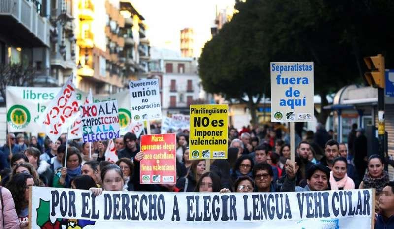 Asistentes a la manifestación por las calles de Orihuela. EFE / Manuel Lorenzo