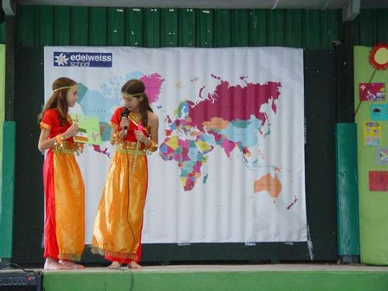 Dos alumnas de Edelweiss School, en la presentación. EPDA