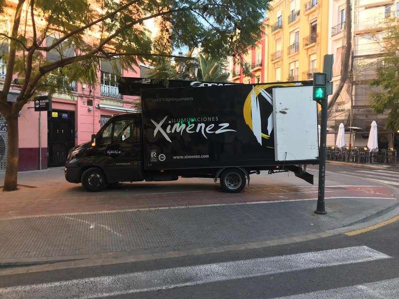 Camión de una empresa dedicada a la iluminación. FOTO EPDA