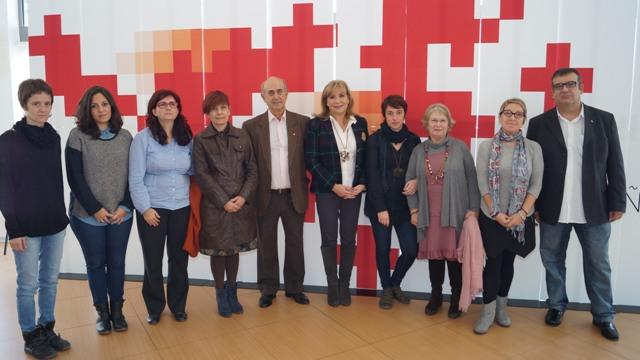 Mora con miembros de Cruz Roja y alumnos del IES Juan de Garay el Día contra la violencia de género. FOTO: DIVAL