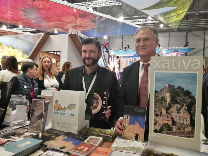El alcalde de Llíria, Manolo Civera y el técnico de Turisme Llíria, Vicent Sesé en el stand del municipi en Fitur. / EPDA