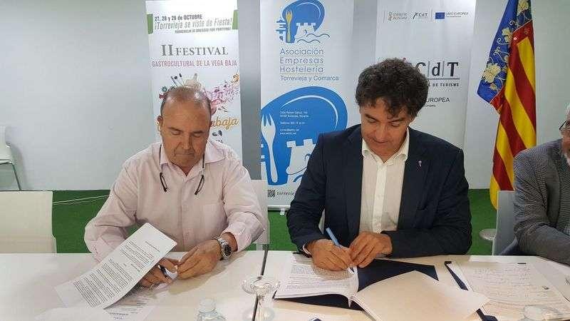 Colomer en la firma del convenio con los empresarios