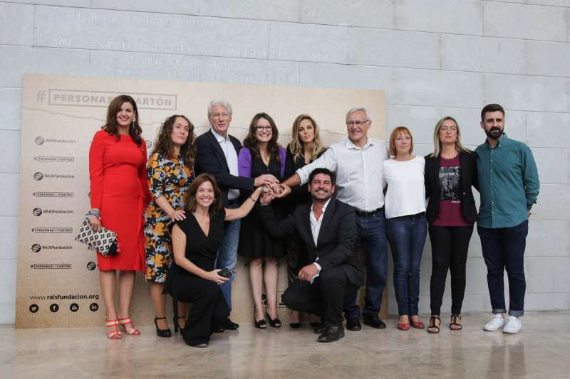 Foto de familia con Oltra y Ribó, acompañados del actor Richard Gere y miembros de RAIS Fundación