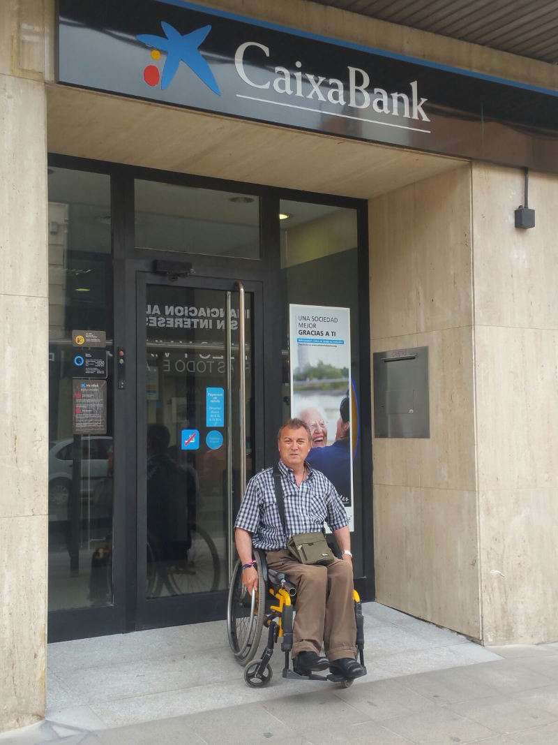 Salvador Esteve en la rampa de acceso a la sucursal de Caixa Bank de Benetússer. EPDA