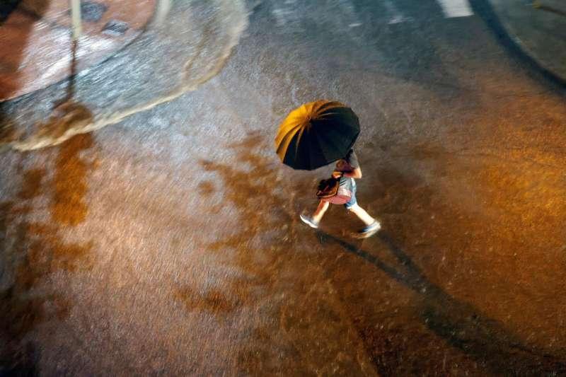 Una persona cruza una calle bajo la lluvia en una imagen de archivo. EFE