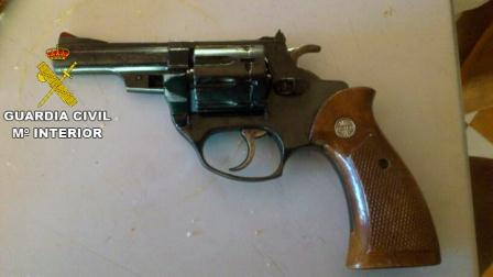 Revolver también incautado. Foto: Guardia Civil
