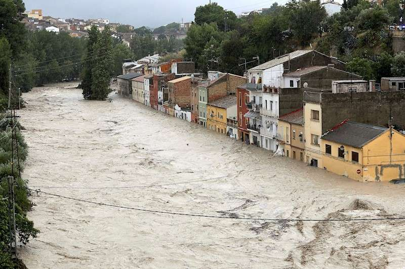 El río Clariano, desbordado a su paso por la localidad valenciana de Ontiyent, el 12 de septiembre de 2019. EFE/Natxo Francés/Archivo
