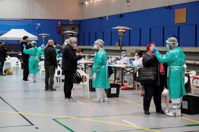 Varias personas se someten a una prueba de antígenos durante el cribado masivo para detectar casos covid-19 en un polideportivo. EFE/Sergio G. Cañizares/Archivo