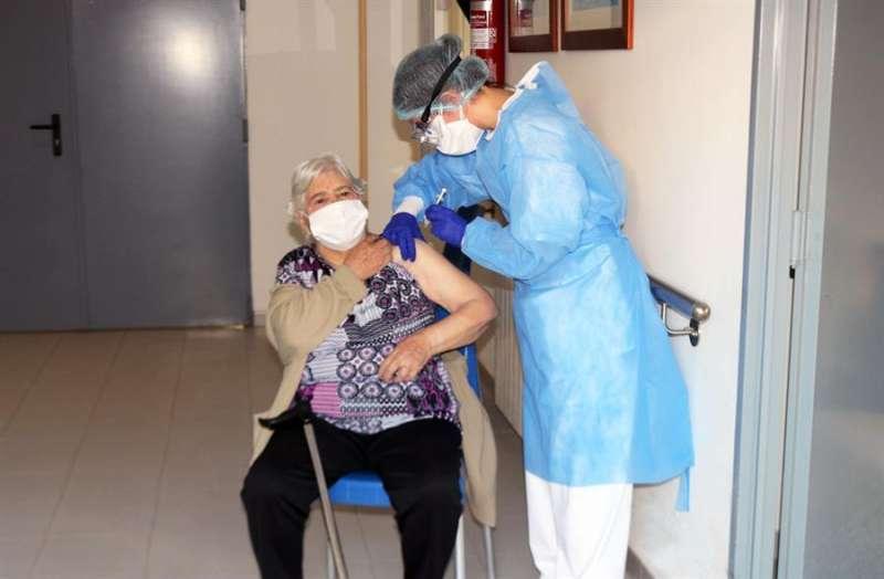 Imagen de la enfermera que suministra la segunda dosis en la residencia Verge del Miracle de Rafelbunyol.EFE/Conselleria Sanidad