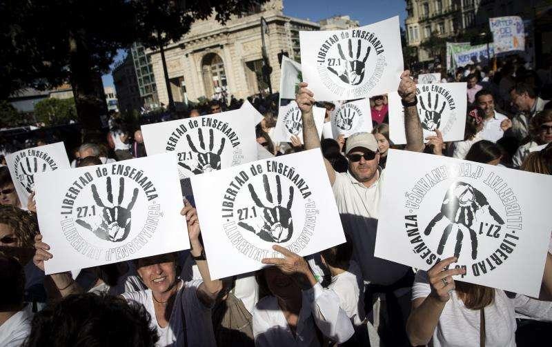 Imagen de archivo de la manifestación de la Plataforma por la Libertad de Enseñanza, la Federación Católica de Asociaciones de Padres de Alumnos y el sindicato USO contra la supresión de los conciertos educativos en Bachillerato. EFE/Archivo