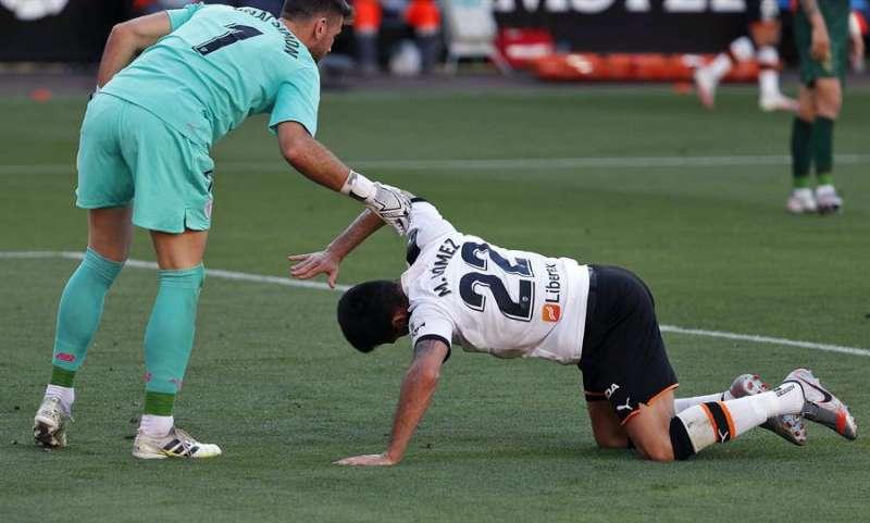 El delantero uruguayo del Valencia CF Maxi Gómez (d) se lamenta junto al portero del Athletic de Bilbao Unai Simón,. EFE/Manuel Bruque