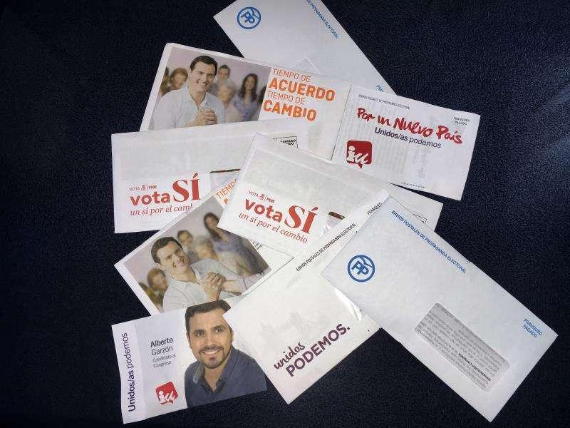 Sobres de envío postal con propaganda electoral -de unas pasadas elecciones- que se reciben en los buzones. EFE/Archivo