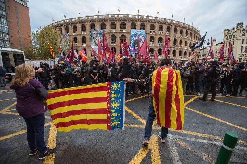 Manifestación y contramanifestación a la altura de la plaza de toros. FOTO EFE
