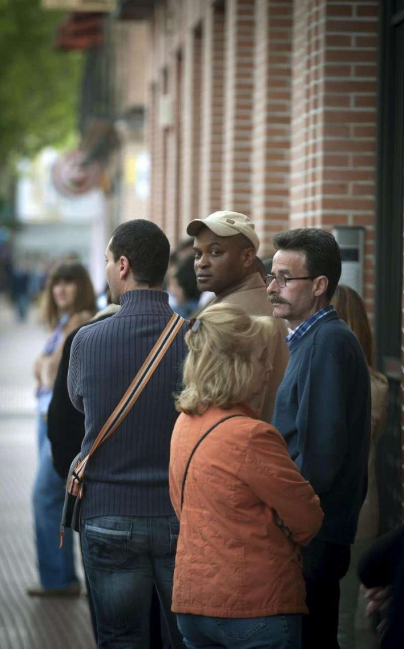 En la foto, un grupo de personas hacen cola en un a oficina de la Seguridad Social. EFE/Archivo