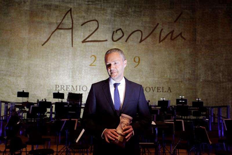 El valenciano Joaquín Camps Torres tras recibir el XXVI Premio Azorín de Novela, por la obra de intriga policiaca