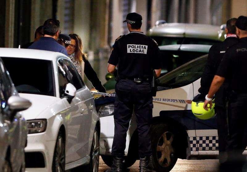 Agentes de la Policía Local durante una operación. EFE/Archivo