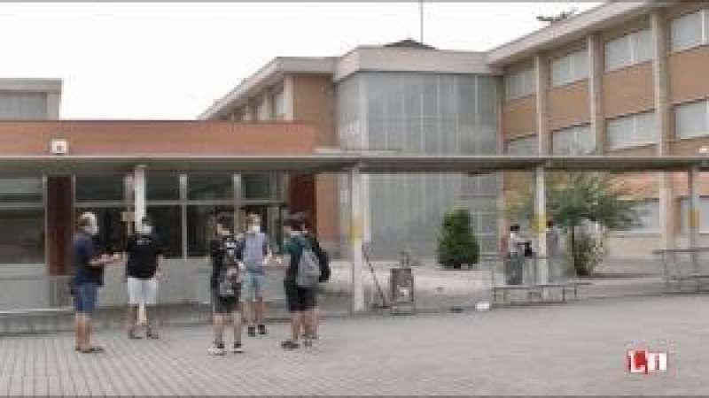 Alumnes a les portes del centre escolar. / EPDA