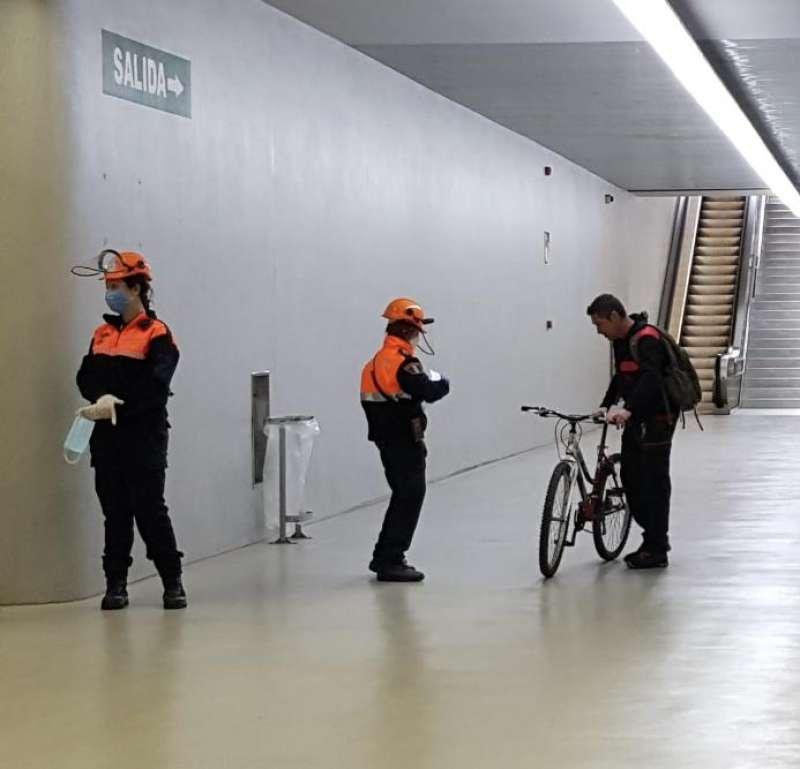 Voluntarios de Protección Civil en el reparto de mascarillas por el estado de alarma