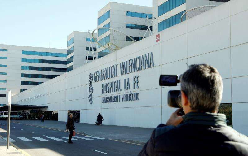 Un periodista toma imágenes del exterior del hospital La Fe de València. EFE