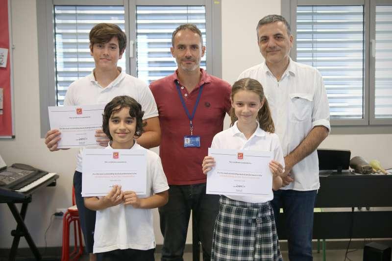 Los tres alumnos premiados en el Concurso de Música de Jóvenes Talentos de Caxton College junto al compositor Lucio Godoy y el profesor de Música Gerri Paci. epda