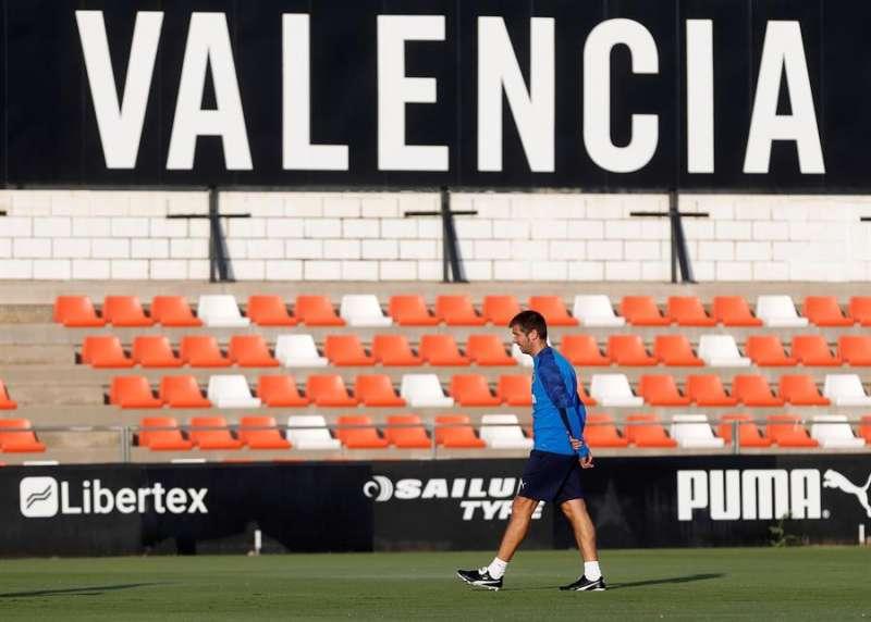 El técnico del Valencia CF, Albert Celades, durante un entrenamiento anterior en la Ciudad Deportiva de Paterna. EFE