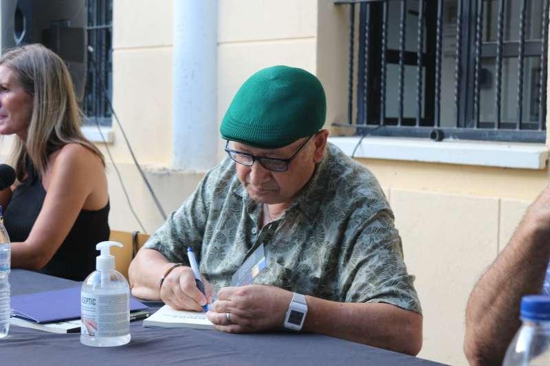 Luis Gispert en la firma de sus obras