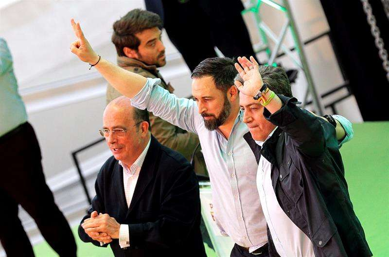 El presidente de Vox, Santiago Abascal saluda a los cientos de militantes y simpatizantes