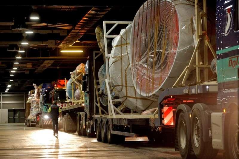 Varios camiones con las piezas de diferentes fallas entran en uno de los pabellones de Feria Valencia. EFE