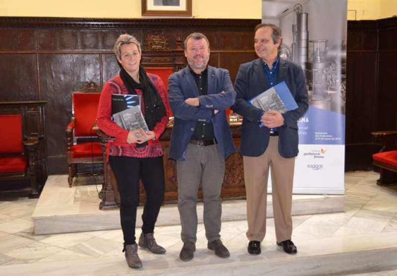 El alcalde en el centro, acompañado de Eva Buch y Santiago Álvarez