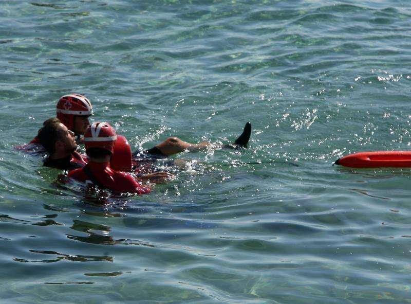 Miembros de la Cruz Roja participan en un simulacro de salvamento en el mar. EFE/Archivo