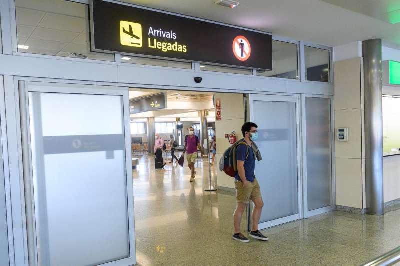 Viajeros en la zona de llegadas del aeropuerto.