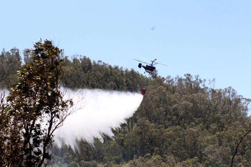 Un helicóptero trabaja en la extinción de un incendio forestal. EFE/Archivo