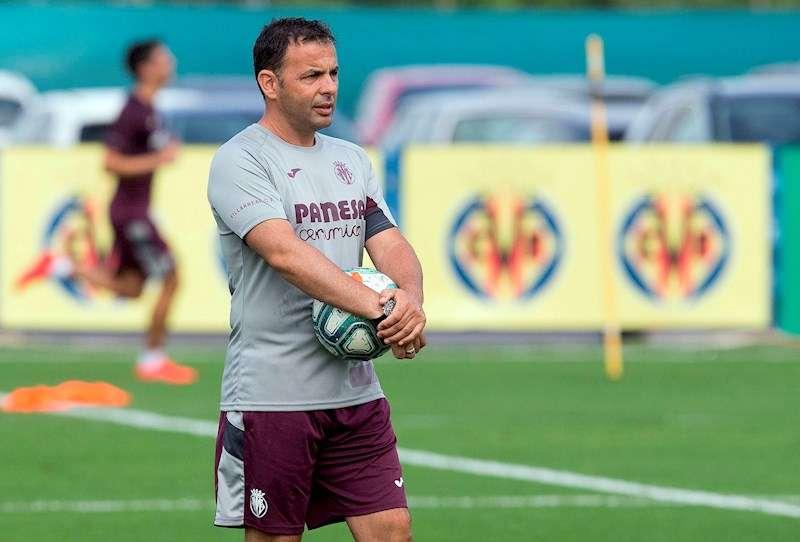 El entrenador del Villarreal, Javier Calleja, dirige un entrenamiento del equipo. EFE