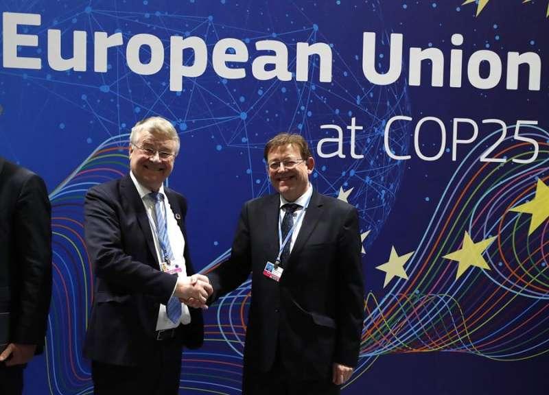 Ximo Puig conversa con Markku Markkula, vicepresidente primero del Comité Europeo de las Regiones. EFE/J.J. Guillén