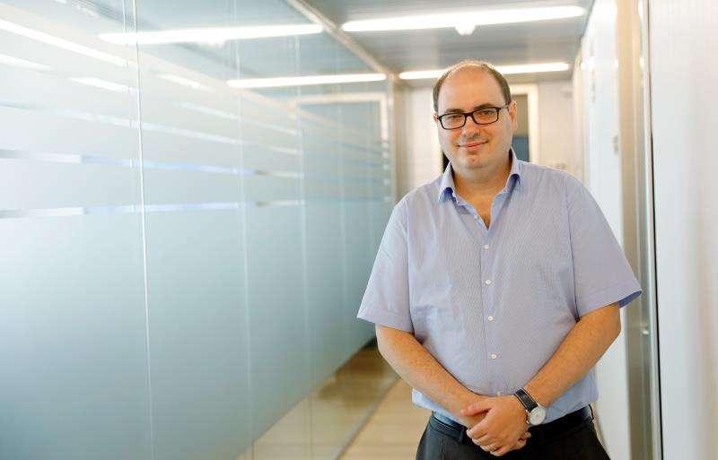 El doctor Alejandro Pérez-Fidalgo, investigador del Grupo de Investigación en Cáncer Colorrectal y Nuevos Desarrollos Terapéuticos en Tumores Sólidos de INCLIVA, durante la entrevista con EFE.