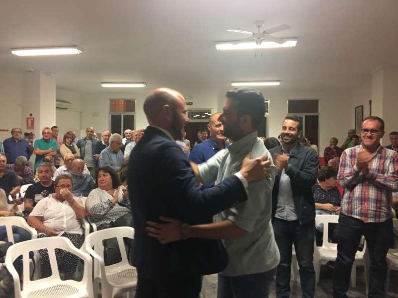 Toni Gaspar arropa a Darío Moreno. EPDA
