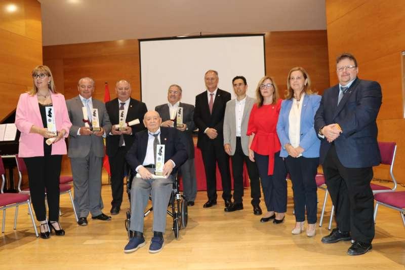 Los galardonados acompañados del alcalde y los portavoces del ayuntamiento