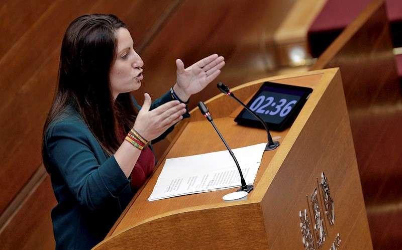 La portavoz del grupo de Vox, Ana Vega, en el pleno de Les Corts de hoy. EFE/Manuel Bruque