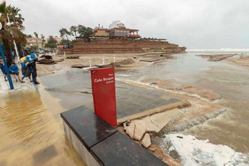 Varias personas observan los daños causados en la Playa Cala Bosque, La Zenia, Orihuela tras las fuertes lluvias registradas durante el último temporal. EFE