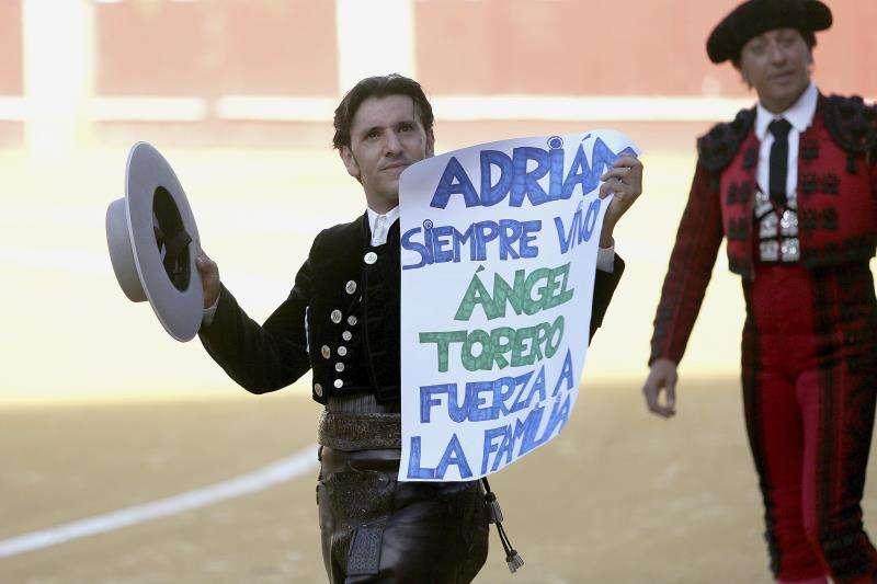 El rejoneador Diego Ventura da la vuelta al ruedo, con un cartel de apoyo a la familia de Adrián Hinojosa, el niño valenciano con cáncer que quería ser torero y falleció en abril de 2017. EFE/Archivo