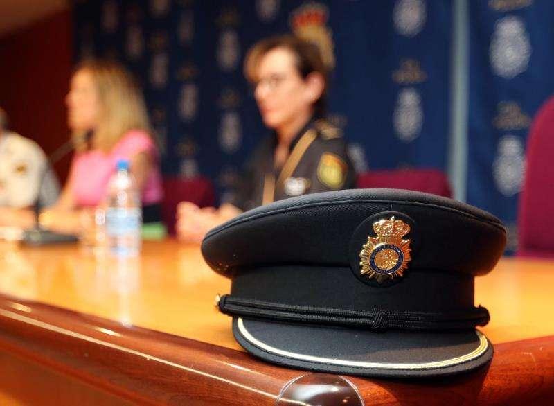 Detalle de una gorra de policía nacional. EFE/Archivo