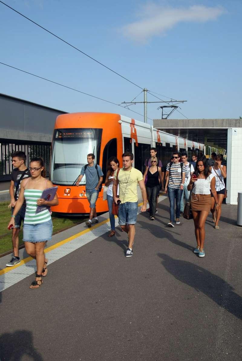 Estudiantes utilizando el transporte público. GVA