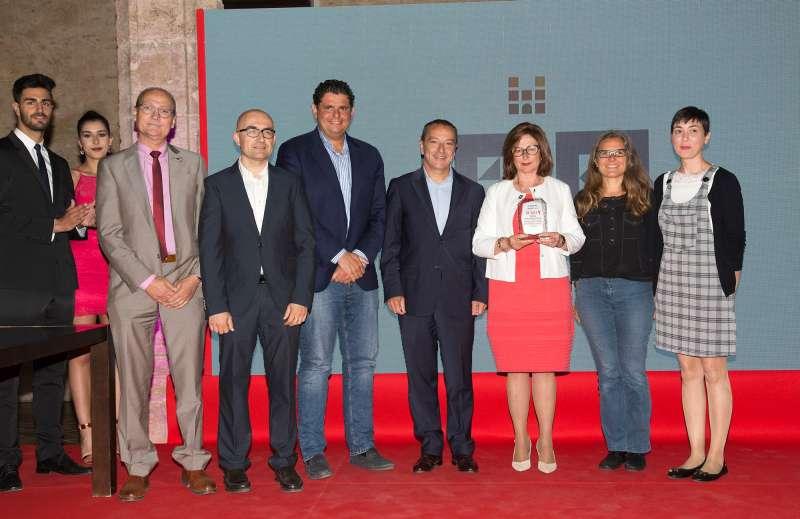 Jaime Gallart,gerente de BMW Engasa junto a la alcaldesa de Alaquàs, Elvira García y grupos municipales.