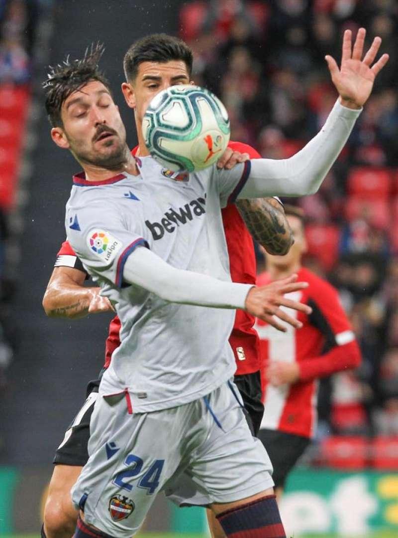 El centrocampista del Levante José Ángel Gómez Campaña (i), controla el balón durante el partido ante el Athletic de Bilbao. EFE/Archivo