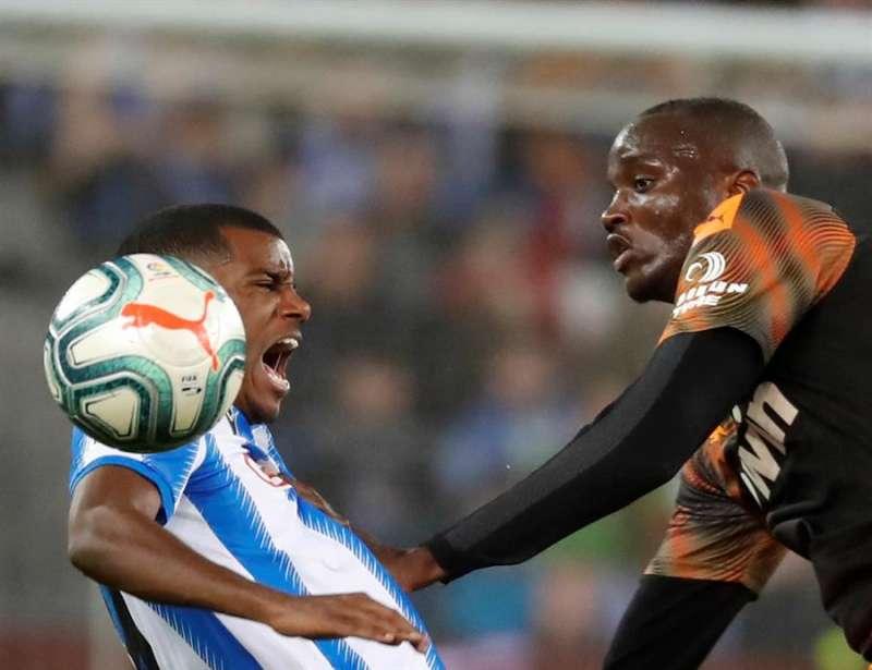 El delantero sueco Alexander Isak (i) de la Real Sociedad y el defensor francés Mouctar Diakhaby del Valencia, disputan el balón en el estadio Reale Arena de San Sebastián. EFE/ Archivo