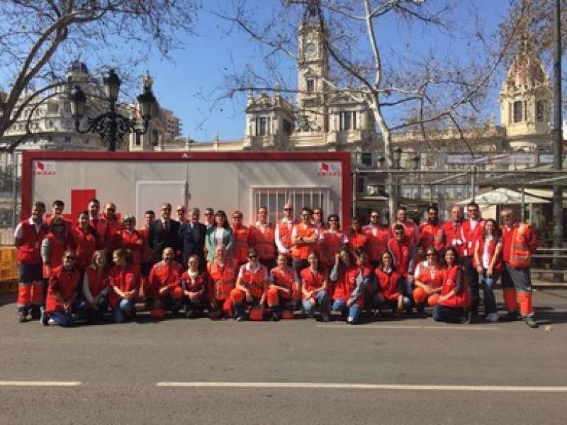 La concejala Anaïs Menguzzato, con los miembros del dispositivo de Cruz Roja, ante la posta de la plaza del Ayuntamiento. EPDA