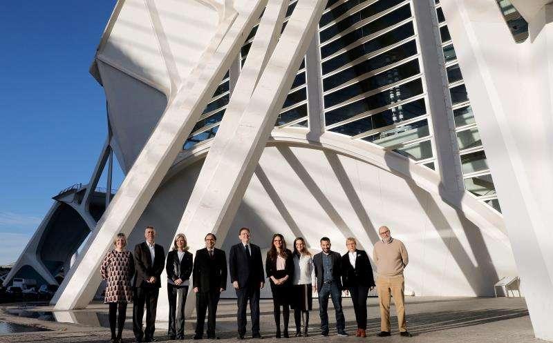 El Gobierno de la Generalitat posa ante la fachada del museo de las Ciencias Príncipe Felipe momentos antes de celebrar su sesión plenaria semanal.EFE